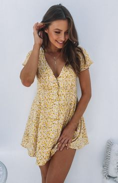 The Roxy Dress Yellow Floral is the sweetest everyday dress for Summer. Style this dress with a pair of white sneakers for a cute but casual look. Yellow floral dress V neckline Button detailing down the front Fully lined Ties up at back Dresses Elegant, Cute Dresses, Short Dresses, Casual Floral Dresses, Mini Dresses, Cute Yellow Dresses, 20s Dresses, Yellow Clothes, Bohemian Dresses