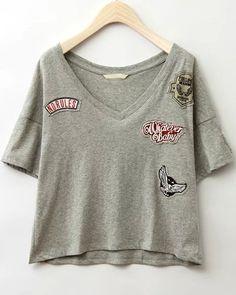 T-shirt col V avec badge et pièce - Gris