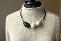 Купить Колье Асимметрия в зеленом(орех Тагуа и дерево) - чокер, короткое колье, украшение на шнуре