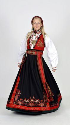 Kvinnebunad fra Øst-Telemark med hjul og prinsessebroderi. Folk Costume, Costumes, Hardanger Embroidery, Medieval Dress, Belly Dancers, Traditional Dresses, Scandinavian, Folklore, Color