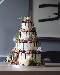 Rustic brownie & macaron wedding cake🍂 #fall #autumn #lifeofpieamsterdam #hiddenbakery