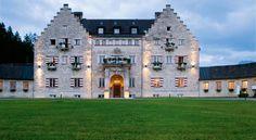 Ein englisches Schloss mitten in Bayern - Urlaub mit Hund am Fuße der Zugspitze (c) Das Kranzbach  www.tierischer-urlaub.com - Urlaub mit Hund, Katze & Co in Europa