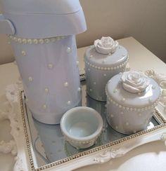 Mais uma opção de kit higiene para as princesas!🌹 ________________________________  Kit flower : R$299,90 a vista ou 3 x 106,60. ________________________________  O kit acompanha: 1 bandeja com espelho. 2 potes de porcelana. 1 Bool. 1 Garrafa Térmica. ______________________________ Para ENCOMENDAS, cálculo de frete e dúvidas, entrar em contato por:  WhatsApp 📲(16)988350800 E-mail 📩 ana_carolpatton@hotmail.com ______________________________  Formas de pagamento: 💵 Depósito…