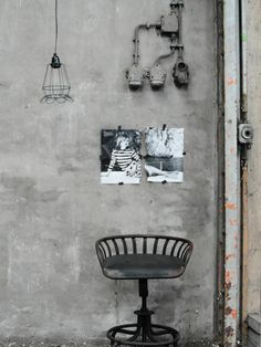 elvs industrial look chair concrete wall home decor interior Industrial Living, Industrial Interiors, Rustic Industrial, Grey Interiors, Interior Design Inspiration, Home Decor Inspiration, Interior Architecture, Interior And Exterior, Interior Styling