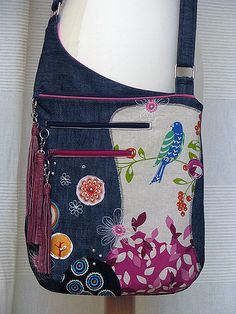 Love the positioning of the pockets.- Love the positioning of the pockets…beautiful design. Love the positioning of the pockets…beautiful design. Sacs Tote Bags, Tote Purse, Purse Wallet, Diy Sac, Denim Purse, Denim Crafts, Craft Bags, Purse Patterns, Quilted Bag