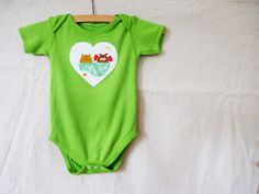 This pea green boat has been carefully appliquéd onto white cotton drill and the owl and the pussycat have been hand painted using permanent fabric dye. This onesie is 100% machine washable.    A lot of care and attention goes into each top, you and your little one will love it.     Hand dyed, 100% cotton onesie washed in non-bio and ready to wear. All my labels are non scratchy and are not attached to the back necks of the onesies to avoid discomfort to your baby.     Size available    ...