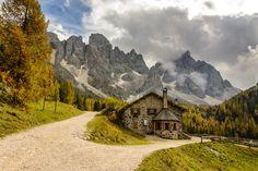 Włochy, Dolina Val Venegia, Dom, Restauracja Malga Venegiota di Tonadico, Góry Dolomity, Droga