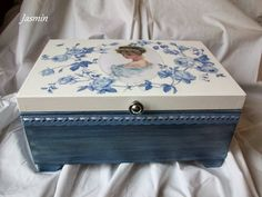 Risultati immagini per decoupage box ideas Decoupage Glass, Decoupage Vintage, Tissue Box Crafts, Jewelry Box Makeover, Altered Cigar Boxes, Painted Boxes, Craft Box, Wood Boxes, Trinket Boxes