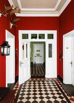 Wandfarbe Rot, Roten Wände, Wintergarten Ideen, Wandfarben, Altbau,  Treppenhaus, Inneneinrichtung, Zuhause, Katzen