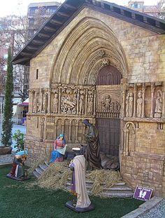"""Iglesia de San Bartolomé: """"Situación: Logroño. Estilo: Gótico. Su portada es del siglo XIII. En la superior encontramos pasajes esculpidos de la vida de San Bartolomé, cobijados bajo doseletes."""" Belén Monumental situado en la Plaza del Ayuntamiento de Logroño que expone réplicas en miniatura de los lugares más emblemáticos de La Rioja.  http://blog.portaljardin.com/2014/12/por-navidad-se-armo-el-belen.html"""