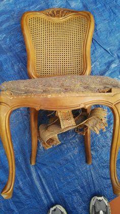 Restauración de sillas de muelles con rejilla tejida en el respaldo. Una belleza.