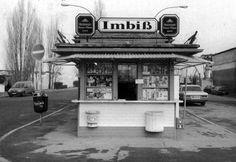 Trinkhallen, Wasserhäuschen, Büdchen, die kleinen Verkaufshäuser haben eine lange Tradition in Frankfurt. In unserer Fotostrecke zeigen wir historische Aufnahmen einzelner Frankfurter Trinkhallen. Hier im Bild: Der Imbiss am Franziusplatz, eines der ältesten Wasserhäuschen Frankfurts.