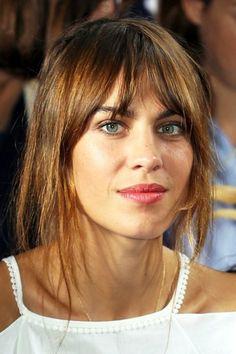 cheveux chatain, quelle couleur de cheveux choisir, mèches effilées, avec frange courte en rideau, yeux bleus, lèvres en couleur corail