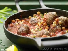 Kichererbsen sind typisch für die große Teile der afrikanischen Küche. So auch in diesem einfach unglaublich leckerem Rezept: Lammhackbällchen-Ragout - smarter - mit Kichererbsen und Tomaten. Kalorien: 559 Kcal | Zeit: 35 min. #africa