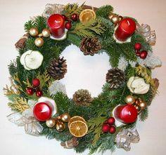Des idées, des modèles pour fabriquer votre couronne de Noël.. Des tutos de couronnes de Noël pour faire des couronnes en tissu, en feutrine, en scrap, en pin et fruits secs, en feuillage, en bouchons, en fleurs, en laine, en papier,etc. Quelques idées de créations qui vous aideront à faire votre...