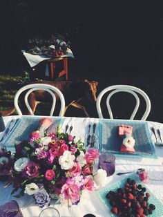 Blue cutlery. Summer tabletop. Meeting wiht friends in the garden. Fresh flowers (eustoma based bouquet), pink napkins.