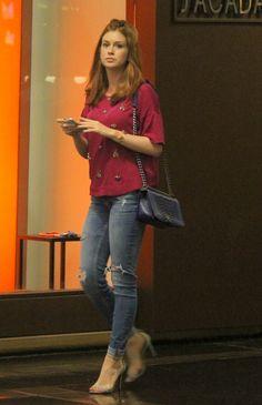 De calça justinha e salto alto , Marina Ruy Barbosa passeia no shopping