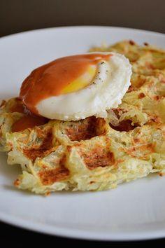Waffles de papa con huevo pochado