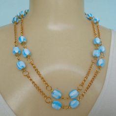 Conjunto feito com contas Azul e corrente dourada, colar e brincos. R$ 9,00