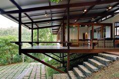 Casa na Praia Brava, Ubatuba SP, 2007. Dal Pian Arquitetos. Projeto construído com madeira certificada.Foto Nelson Kon