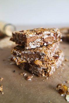 Diese veganen Müsliriegel sind der perfekte Snack für zwischendurch: gesund, glutenfrei & ohne Zucker. Mir nur wenigen Zutaten. Auch für Allergiker!
