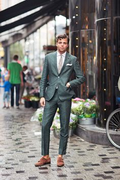 men's green suit, standout amongst the crowd // menswear suit style + fashion Dapper Gentleman, Modern Gentleman, Gentleman Style, Dapper Man, Suit Up, Suit And Tie, Sharp Dressed Man, Well Dressed Men, Costume Vert
