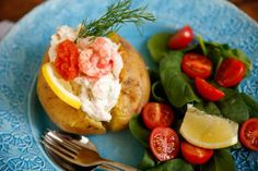 Bakad potatis med skagenröra Fika, Caprese Salad, Salmon Burgers, Seafood, Lunch, Vegetables, Eat, Ethnic Recipes, Blog