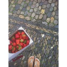 🌸🍓🌸sun is shining and 1kg strawberries for lunsh (fresh from the lokal market)-what more could I wish for?  #erdbeeren #morango #season #monomeal #fruityourself #sweet #delicioso #healthyfood #soulfood #havaianas