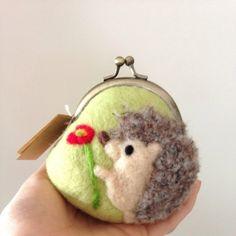 【再販】ポピーとハリネズミの羊毛フェルトがま口 - harico