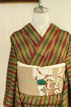 黒とライムイエローの糸で織り出されたアッシュイエローをベースに、こっくりとしたアザレレッドとボトルグリーンのバイカラーで織り出された立涌縞がレトロモダンなウールの単着物です。