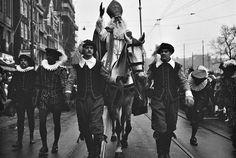 Bij de eerste officiële Sinterklaas intocht van Amsterdam, 1934 tot heden. Wordt Sinterklaas begeleid door Herauten / Spaanse edellieden. (foto 1965)