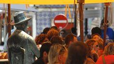 """Scoprire Lisbona sulle tracce del """"vero"""" Pessoa   Via La Stampa   19/11/2015 Moriva 80 anni fa il grande scrittore La sua opera è legata in modo indissolubile alla città, tra i caffè e le stanze in affitto #Portugal"""
