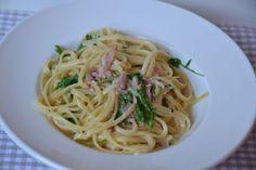 Spaguetti con limón, jamón y rúcola