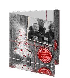Foto kerstkaart met grijs hout en kerstboom met rood #kerstkaart #kerstkaarten