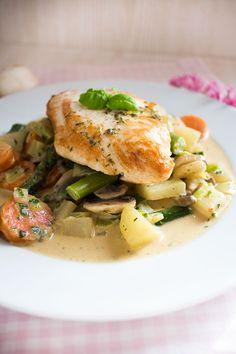Low Carb Rezept - Putenschnitzel auf Gemüsebett. Köstlich, kcal arm und somit auch perfekt zum Abnehmen geeignet.