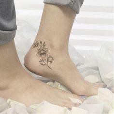 tatouage-cheville-femme-tatouage-rose-graphique-noir-gris