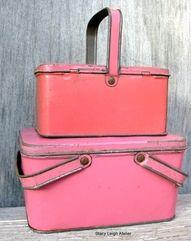 Vintage pink picnic carriers! Look Retro, Look Vintage, Vintage Tins, Vintage Stuff, Vintage Stores, Vintage Picnic Basket, Vintage Lunch Boxes, Picnic Baskets, Vintage Baskets