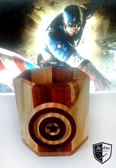 Porta Caneta Capitão América, sendo o copo feito de madeira de pallet com saboarana, e o escuro de pinus com muirapiranga. Produção Du´Artes Artesanatos - Alessandro Duarte.