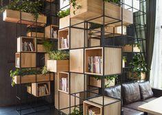 Questa caffetteria è stata arredata con un sistema modulare realizzato con barre in metallo riciclate e fioriere di legno di bambù. L'effetto è garantito.