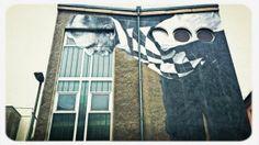 HAAALLOOO - Wandbilder gibt es in den meisten Städten, oft mit politischen Motiven, doch auch einfach nur aus Freude an der Kunst selbst. Dieses Motiv schaut auf die Passanten in Berlin Mitte hinunter und wurde aufgenommen mit einem iPhone 4S und der App EyeEm.