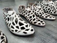 נעלי קייץ מאווררות ללא פתח קדמי עשויות חיתוכים.   קיים בקרם  גפה: עור  סוליה: עור  מידות במלאי: 35-43  דגם: 452 Cut out summer shoes