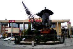 Máquina grúa en la plaza de la estación de Collado Villalba