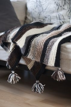 Simple knitted scrap yarn blanket (with instructions)