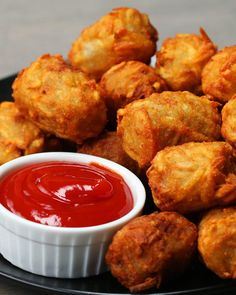 These Chili Cheese-Stuffed Tots Are Gonna Rock Your World (party finger foods tater tots) Party Finger Foods, Finger Food Appetizers, Appetizers For Party, Appetizer Recipes, Snack Recipes, Cooking Recipes, Potato Recipes, Potato Ideas, Side Recipes