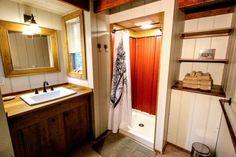 Eche un vistazo dentro de Hobbitat Spaces' Walden House (Casa Walden) Tiny House Builders, Tiny House Plans, Tiny House Design, Tiny House Movement, Walden House, Tiny Cabins, Tiny House Bathroom, Cabin Interiors, Tiny House Living