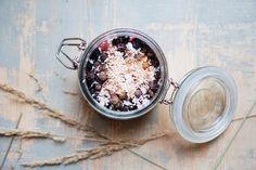 Strawberry overnight oats — Cake and beans Vegan Breakfast, Healthy Breakfast Recipes, Breakfast Ideas, How To Make Porridge, Strawberry Overnight Oats, Acai Bowl, Berries, Sleep Late, Vegetarian