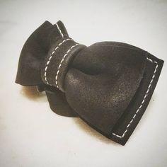 たくさん作ってから シンプルなデザインに戻る。  カッコいい!(自己満足) 明日着けよう(笑)  #蝶ネクタイ #bowtie #ボウタイ #handcraft  #handmade  #handwork  #ハンドメイド #レザークラフト  #leatherwork #leatherbag  #leatherworks  #leatherwork #leathercraft  #青森 #japan #droverscottage #ドローバーズコテージ