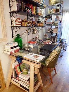 O Home Office de Heloisa Righetto conta histórias através dos objetos que ela usa para decorar. Confira seu apartamento em Londres estilo memorabilia.