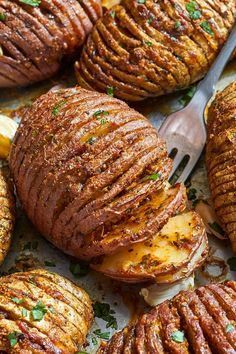 Parmesan Butter Roasted Potatoes Roasted Hasselback Potatoes – Tossed with Garlic-Butter-Parmesan goodness & roasted to crisp-tender perfection!Roasted Hasselback Potatoes – Tossed with Garlic-Butter-Parmesan goodness & roasted to crisp-tender perfection! Potato Dishes, Vegetable Dishes, Food Dishes, Recipes Potatoes Side Dishes, Food Food, Bbq Food, Vegetable Drinks, Hasselback Potatoes, Fried Potatoes