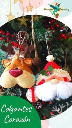 🙋♀️Disfruta más de 30 diseños, para realizar a mano y decorar con toda la Familia en esta hermosa época. Miniature Christmas, Felt Christmas, Christmas Time, Xmas Ornaments, Christmas Tree Decorations, Holiday Decor, Felt Doll Patterns, Handmade Felt, Felt Dolls